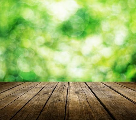 Holzdeck Tabelle über schönen grünen Hintergrund Lizenzfreie Bilder