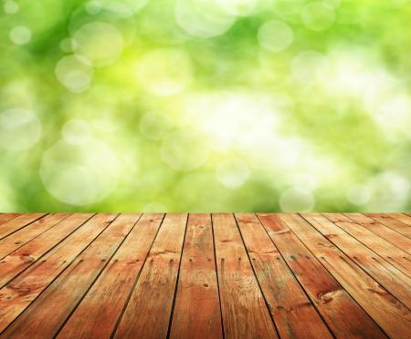 Leere Holztisch für die Warenpräsentation Montagen Lizenzfreie Bilder