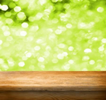 녹색 배경을 빈 나무 데크 테이블. 제품 디스플레이의 몽타주에 대 한 준비.