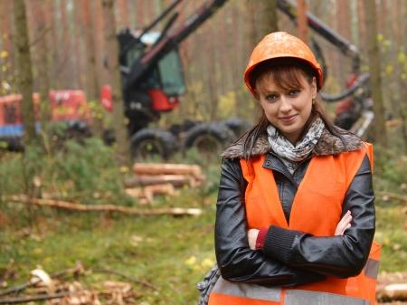 Junge und schöne Forstingenieur bei der Arbeit Standard-Bild