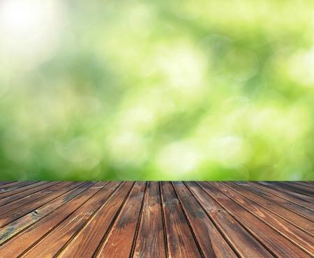Holztisch mit Platz für Ihre Foto-Montage und grüne Farbe der Hintergrund Lizenzfreie Bilder
