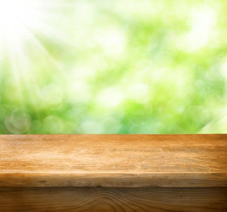 Leere Tabelle und defokussiert frischen grünen Hintergrund