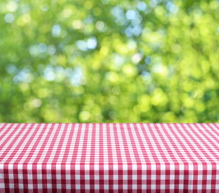 Leeren Tisch und defokussiert frischen grünen Hintergrund Lizenzfreie Bilder