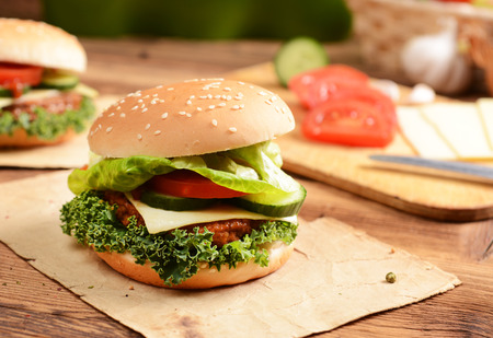 chicken burger: Homemade hamburgers with cheese, tomatoes and cucumbers