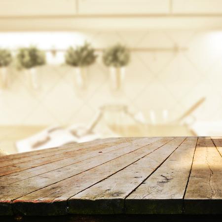wooden desk: lege tafel voor product-display montages