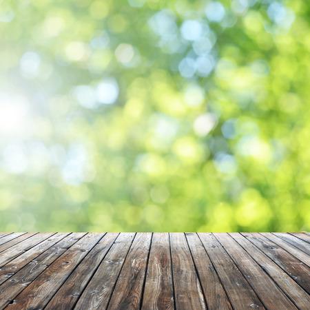 빈 테이블과 defocused 표시 신선한 녹색 배경