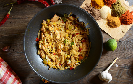 국수, 야채 및 닭고기와 함께 전통적인 인도네시아 식사 bami goreng 스톡 콘텐츠