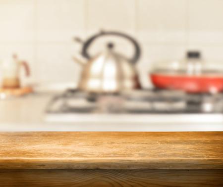 cocina antigua: mesa vac�a para monatges exposici�n de productos