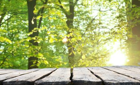 hojas antiguas: mesa vacía para montajes de exposición de productos
