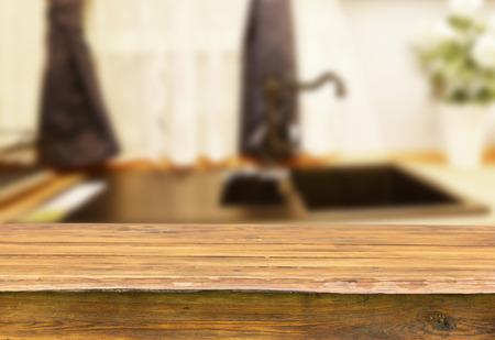 cocina antigua: mesa de madera vac�a para montajes de visualizaci�n