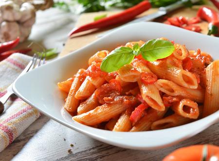 pastas: Penne pasta con salsa de chile arrabiata Foto de archivo