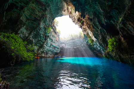 cueva: Famoso lago Melissani en la isla de Cefalonia - Grecia Foto de archivo