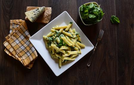 pastas: Penne pasta con salsa de gorgonzola y espinacas