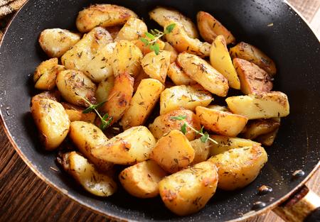 pancetta cubetti: Patate fritte con rosmarino e timo Archivio Fotografico