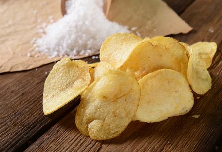 바다 소금을 넣은 감자 칩 스톡 콘텐츠