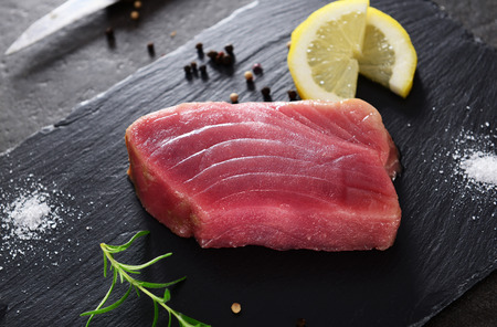 Raw tuna steak Standard-Bild
