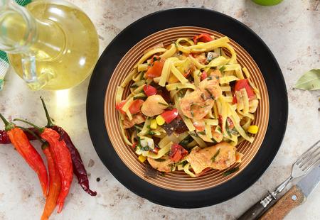 Noedels met kip en vegetabels Stockfoto - 81942551