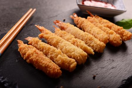 Crevettes frites sur des bâtons dans le revêtement croustillant Banque d'images - 95108981