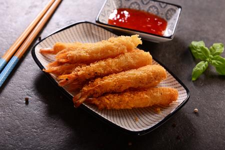 Crevettes frites sur des bâtons dans le revêtement croustillant Banque d'images - 95049589