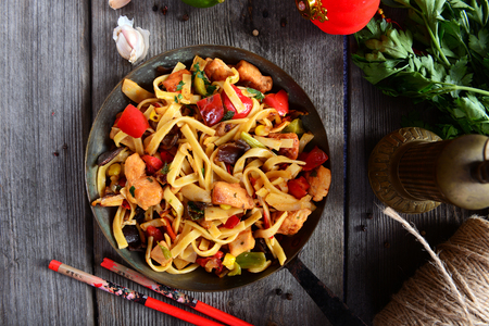 Asian food - noodles with vegetables and chicken Stockfoto