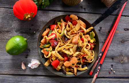 Aziatisch eten - noedels met groenten en kip Stockfoto