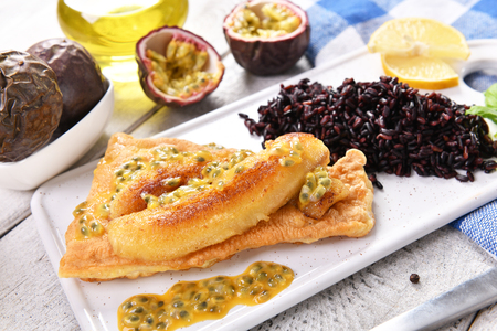 Traditional madeira dish - scabbardfish with bananas and passion fruit Standard-Bild - 114120819