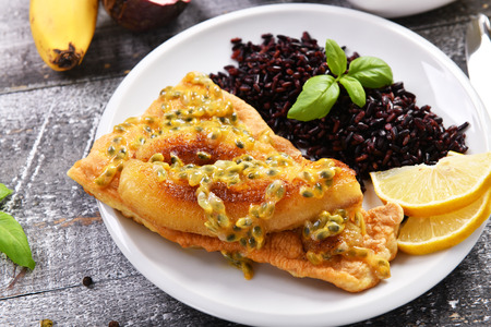 Traditional madeira dish - scabbardfish with bananas and passion fruit Standard-Bild - 114121078