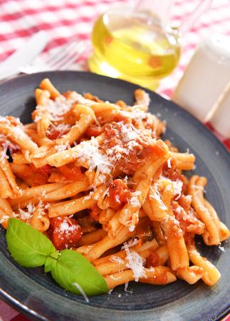 Pasta nach italienischer Art mit Tomatensauce Standard-Bild