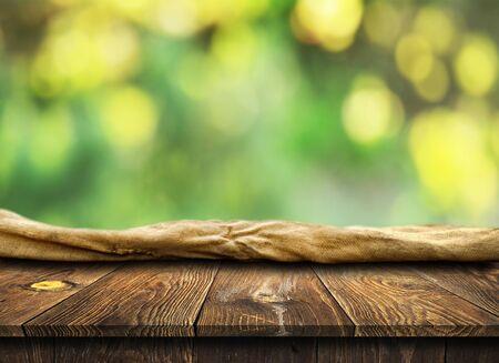 Tavolo in legno vuoto sullo sfondo
