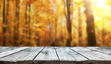 Leerer alter Holztischhintergrund Standard-Bild