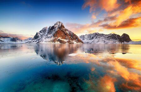 Beau lever de soleil en Norvège - lofotens