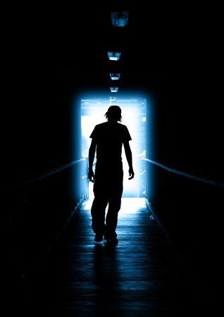 desesperado: Young Man caminar fuera de la luz