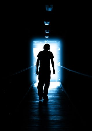 wanhopig: Young Man lopen van het licht