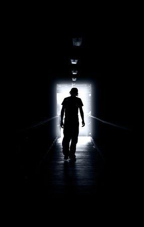 wanhopig: Jonge man loopt van het licht Stockfoto