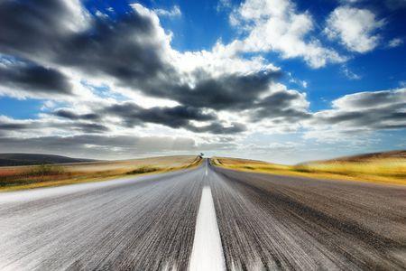 cielos abiertos: Camino de pa�s con la falta de definici�n de movimiento Foto de archivo