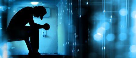 orando: Silhoutte de adolescente desesperado rezando en resumen de antecedentes