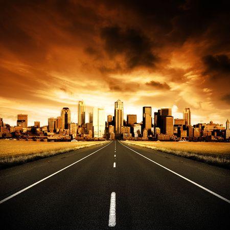 L'autoroute en direction de la ville  Banque d'images