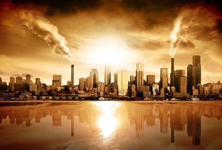 calentamiento global: Ciudad moderna rodeada por la contaminaci�n  Foto de archivo
