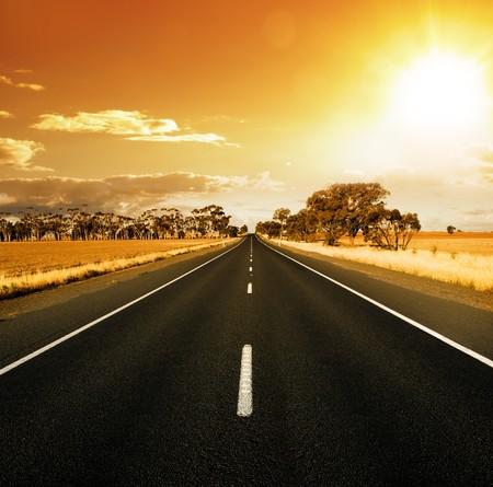endlos: Geraden Straße bei Sonnenuntergang im ländlichen Australien