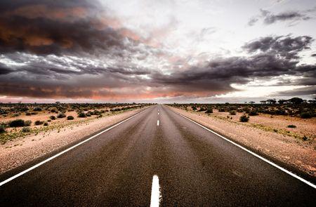 route desert: Road voyage vers le soleil couchant Banque d'images