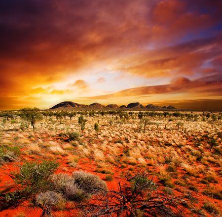 Zachód słońca nad centralną australijski krajobraz