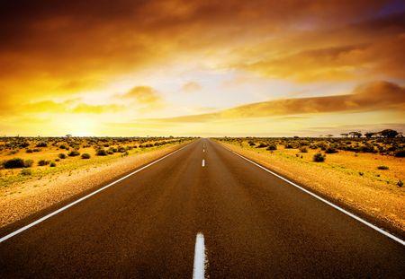 route desert: Route qui traverse le milieu de l'Australie Banque d'images