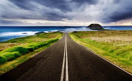 autopista: Carretera conduce a un hermoso litoral