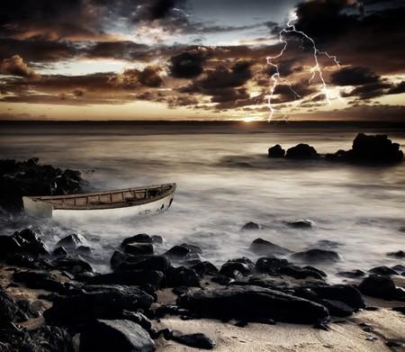 폭풍이 해안을 강타합니다.