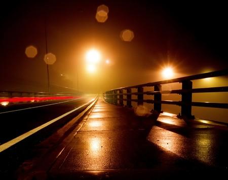 flyover: NAT en Rainy nacht op een brug  Stockfoto