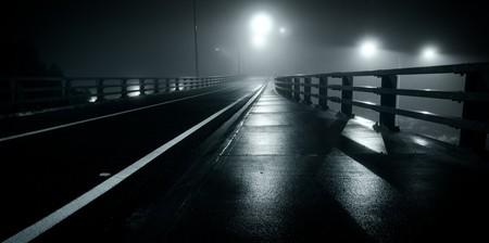 밤에 버려진, 안개 낀 도로