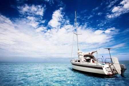 멋진 열대 바다에서의 요트