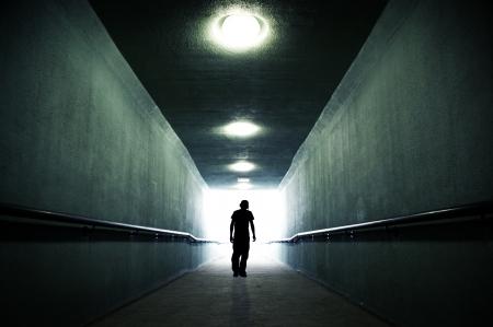 젊음이 빛 속으로 들어갔다.