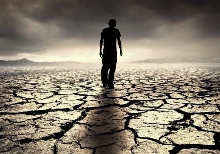 若い男は、荒涼とした砂漠に歩く