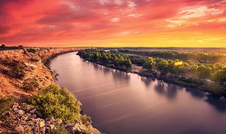 sol: Um por do sol deslumbrante sobre o rio Murray Imagens